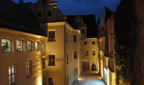 kleiner Platz umschlossen von historischen Gebäuden aus dem fünfzehnten Jahrhundert mit jeweils drei Stockwerken, cirka dreißig Meter lang und sieben Meter breit