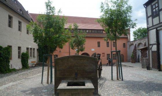 großer Platz umschlossen von historischen Gebäuden aus dem fünfzehnten Jahrhundert mit jeweils zwei bis vier Stockwerken, cirka fünfzig Meter tief und zwanzig Meter breit